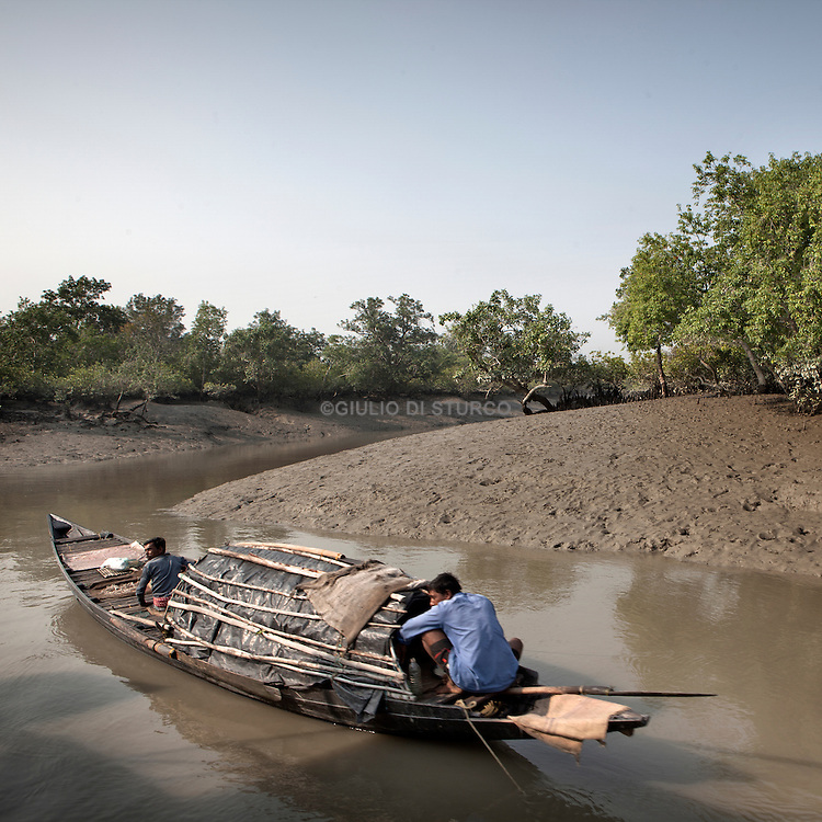 Sudhanya Khali, Unesco reserve in the Sundarban with more than 100 islands,home to the largest mangrove forest in the world.Fisherman goes to fish in the forest 9 December 2010...