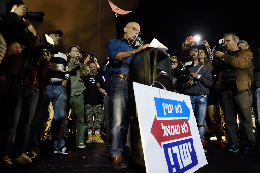 Ami Ayalon speaks to thousands of Israelis, protesting against goverment corruption in Tel-Aviv, calling for Prime Minister Netanyahu resignation on December 16, 2017. Photo by Gili Yaari