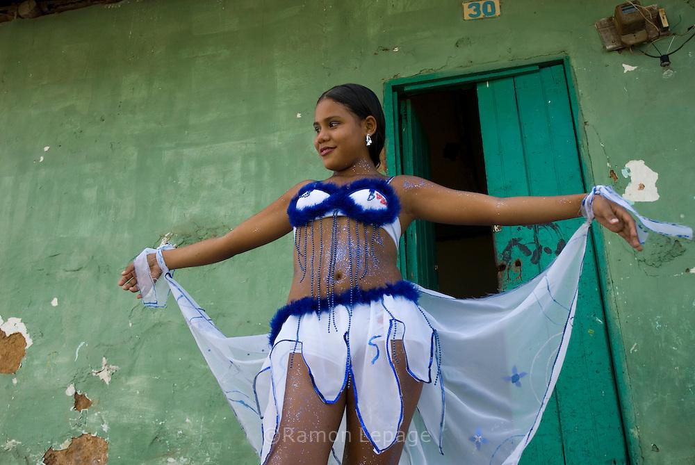 Comparsa del Carnaval de El Callao en Venezuela. Guiados por el estilo de las comparsas, los integrantes cumplen con el ritual del maquillaje y del disfraz alegre y llamativo. El Carnaval, celebrado entre los meses de febrero y marzo, tiene en El Callao una de sus manifestaciones más alegres y coloridas, gracias a la riqueza cultural de su mestizaje. El Callao, 2007 (Ramon Lepage / Orinoquiaphoto)  El Callao Carnival in Venezuela. The members of Parede fulfil the ritual of colorful make-up and wardrobe.  The Carnival, celebrated between February and March, have in El Callao one of its colorful and happiest expressions, thanks to their cultural mixture. El Callao, 2007 (Ramon Lepage / Orinoquiaphoto).