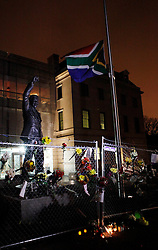 05.12.2013, Johannesburg, ZAF, Nelson Mandela, der Gigant des Humanismus ist im Alter von 95 Jahren in seinem Haus an den Folgen einer Lungenentzuendung gestorben, im Bild Flowers are seen beside the statue of Former South African president Nelson Mandela at the South African embassy, Washington, the United States of America, following Nelson Mandela's death // Nelson Mandela a giant of humanism died in his house in Johannesburg, South Africa on 2013/12/05. EXPA Pictures © 2013, PhotoCredit: EXPA/ Photoshot/ Fang Zhe<br /> <br /> *****ATTENTION - for AUT, SLO, CRO, SRB, BIH, MAZ only*****