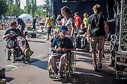 """Bandmitglieder von   """"The Tap Tap"""" verlassen die Bühne nach dem Auftritt beim Festival """"Colors of Ostrava 2013"""". """"The Tap Tap"""" ist eine bekannte und sehr erfolgreiche tschechische Formation mit überwiegend behinderten und auch nicht behinderten Musikern, gegründet 1998 von dem Sozialpädagogen Simon Ornest."""