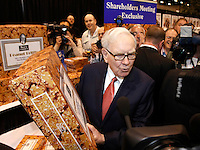 Berkshire Hathaway Chairman Warren Buffet holds a 25 pound box of See's peanut brittle, one of his favorites, before his company's annual meeting in Omaha, Nebraska April 30, 2011. See's Candies is a BH company.  REUTERS/Rick Wilking  (UNITED STATES)