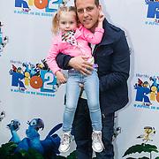 NLD/Amsterdam/20140406 - Inloop filmpremière Rio 2, Wesley Klein en dochter Jailey