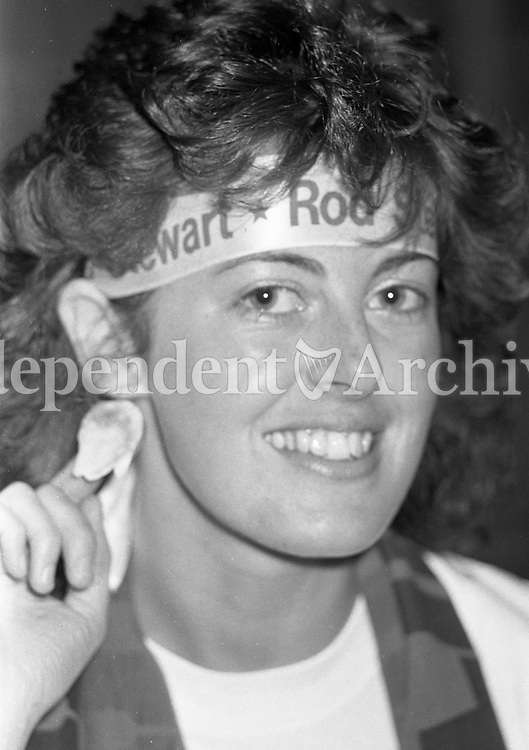 986-429<br /> Ingrid Kirwan was all ears for Rod Stewart at his concert in the R.D.S. September 1986. (Part of the Irish Independent Newspapers/NLI Collection)