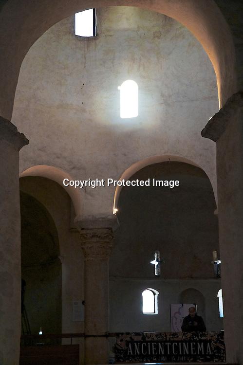 D'abord dédiée à la trinité, l'eglise de Saint Donat est le symbole de Zadar. Sobre et sensuelle elle serait sortie de terre en au 9° eme siècle. Elle caractérise l'architecture préromane. Doté d'une acoustique extraordinaire elle accueille chaque année le « Festival international de musique médiévale et de la Renaissance »