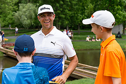 May 29, 2019 - Dublin, OH, U.S. - DUBLIN, OH - MAY 29: Gary Woodland shares a laugh with fans during the Pro-Am of the Memorial Tournament presented by Nationwide at Muirfield Village Golf Club on May 30, 2018 in Dublin, Ohio. (Photo by Adam Lacy/Icon Sportswire) (Credit Image: © Adam Lacy/Icon SMI via ZUMA Press)