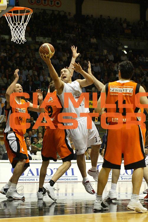 DESCRIZIONE : Bologna Lega A1 2005-06 VidiVici Virtus Bologna Snaidero Udine <br /> GIOCATORE : Milic <br /> SQUADRA : VidiVici Virtus Bologna <br /> EVENTO : Campionato Lega A1 2005-2006 <br /> GARA : VidiVici Virtus Bologna Snaidero Udine <br /> DATA : 03/05/2006 <br /> CATEGORIA : Tiro <br /> SPORT : Pallacanestro <br /> AUTORE : Agenzia Ciamillo-Castoria/L.Villani <br /> Galleria : Lega Basket A1 2005-2006 <br /> Fotonotizia : Bologna Campionato Italiano Lega A1 2005-2006 VidiVici Virtus Bologna Snaidero Udine <br /> Predefinita :