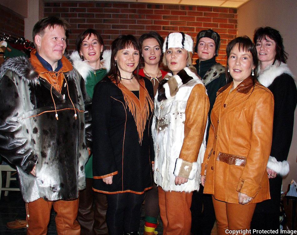 søstrene Wilks med modeller etter visning på Snåsa hotell. Foran f.h. Hanne-Lena, Eva og Laila G. Wilks, Nils Ove Gustafsson...Bak f.v. Susanne Gælok Lyngman