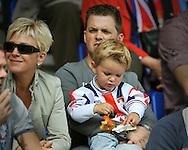 23-08-2008 VOETBAL:WILLEM II:RAYO VALLECANO:TILBURG<br /> Jong geleerd is oud gedaan zal deze vader denken die met zijn kind op schoot naar de wedstrijd kijkt<br /> Foto: Geert van Erven