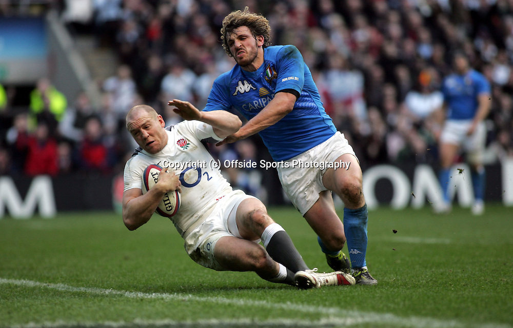 12/2/2011 Six (6) Nations Rugby Union.<br />England v Italy.<br />Mike Tindall crosses over for an England try.<br />Photo: David Wilkinson / Offside.