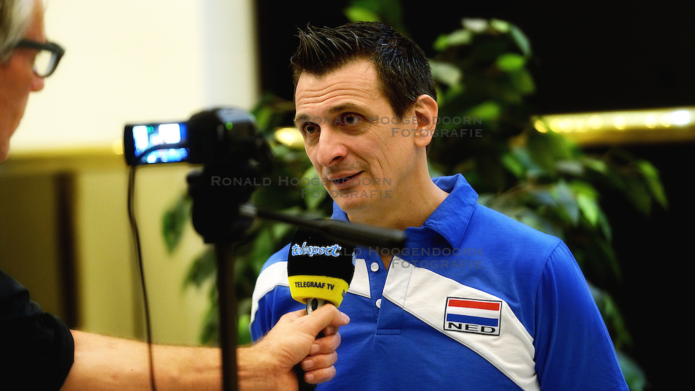 05-01-2016 TUR: European Olympic Qualification Tournament Persmoment, Ankara <br /> In het spelershotel was er een moment voor de pers / Coach Giovanni Guidetti geeft uitleg over de wedstrijd van gisteren, media telegraaf