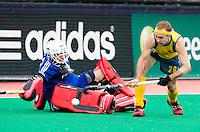 ROTTERDAM - Matthew Swann met de Belgische keeper Jeremy Gucassoff tijdens de shoot outs. finale Hockey World League tussen de mannen van Australie en Belgie. Belgie wint na shoot outs. ANP KOEN SUYK