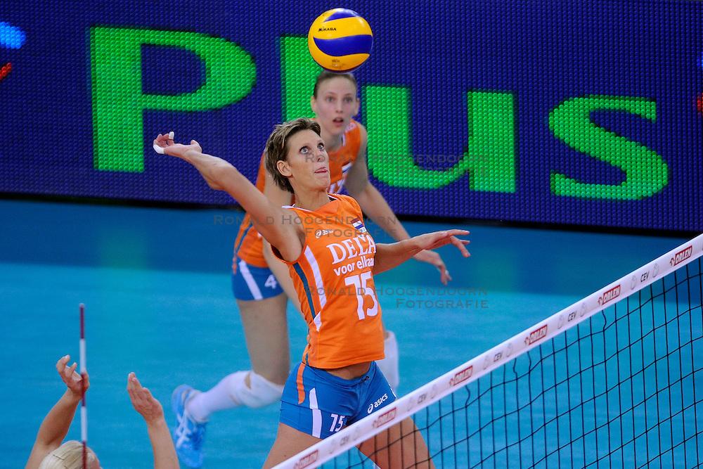 30-09-2009 VOLLEYBAL: EUROPEES KAMPIOENSCHAP NEDERLAND - BELGIE: LODZ<br /> Nederland is groepswinnaar en wint opnieuw. Belgie wordt met 3-0 verslagen / Chaine Staelens en  Ingrid Visser<br /> &copy;2009-WWW.FOTOHOOGENDOORN.NL