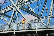 Liebespaar auf Brücke, Blaues Wunder, Blasewitz, Loschwitz, Dresden, Sachsen, Deutschland.|.couple on Blaues Wunder (bridge Blue Wonder), Blasewitz, Loschwitz, Dresden, Germany