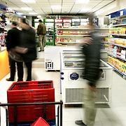 Nederland Rotterdam 5 december 2005 20051205.Avondwinkel Dordtse Laan voor een deel subsidie ontvangen van gemeente Rotterdam omdat ze investeren in hotspots slechte buurten..David Rozing