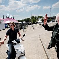 Nederland, Landgraaf, 10 juni 2015.<br /> Voorbereidngen Pinkpop zijn in volle gang.<br /> Organisator Jan Smeetsgeeft het personeel de laatste instructies door.<br /> <br /> <br /> <br /> Foto: Jean-Pierre Jans