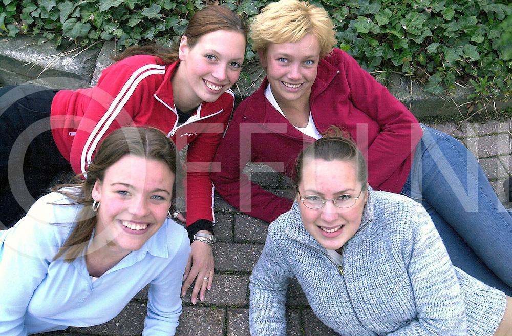 fotografie frank uijlenbroek©2002 michiel van de velde.020429 slagharen ned.Vier van de zes kandidaten voor de Miss Hardenberg Verkiezing van 17 mei aanstaande.
