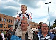 23-08-2008 VOETBAL:WILLEM II:OPENDAG:TILBURG<br /> Vol enthousiasme klappen naar de spelers bij ouders en opa in de nek<br /> Foto: Geert van Erven