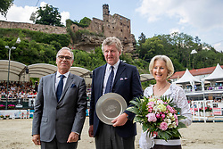 HOHMANN Dr. Harald (Vize-Präsident FN), HARDENBERG Marie Sabine Gräfin von, HARDENBERG Carl Graf von<br /> Nörten-Hardenberg - Burgturnier 2018<br /> Autoübergabe<br /> Grosser Preis um die Goldene Peitsche<br /> Preis der Gräflich von Hardenberg´schen Kornbrenner & des Glaswerkes Ernstthal<br /> 27. Mai 2018<br /> www.sportfotos-lafrentz.de/Stefan Lafrentz