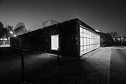 IL GREEN PAVILLON del Museo A come Ambiente, un progetto di Carlo Ratti e Walter Nicolino. Una quinta verde che scherma il giardino interno dal parcheggio adiacente e conduce lo sguardo verso il nuovo Parco Dora.<br /> Cos&igrave; si presenta il nuovo padiglione che amplia di oltre 300 mq lo spazio per gli exhibit del museo A come Ambiente sul lato verso l&rsquo;ex ciminiera di raffreddamento del comprensorio MICHELIN.<br /> Il rivestimento vegetale (sistema di verde verticale), che ricopre le due facciate principali, stempera la forma squadrata del padiglione prefabbricato anche verso il parcheggio. Il prospetto verso il Parco Dora &egrave; costituito invece da un&rsquo;ampia vetrata, che rende visibile il parco dall&rsquo;interno e diventa display per gli exhibit del museo.