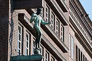 Figuren am Brahms Kontor, Johannes-Brahms-Platz,  Hamburg, Deutschland.|.Brahms Kontor, Johannes-Brahms-Platz, Hamburg, Germany.