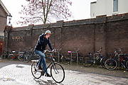 In Utrecht rijden fietsers door de regen.<br /> In Utrecht cyclists ride in the rain.