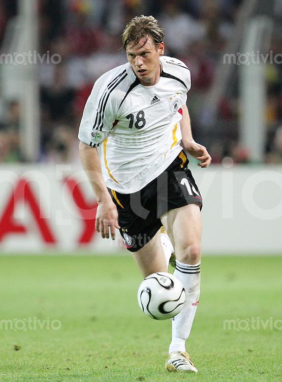 Fussball   WM 2006   Deutsche Nationalmannschaft Tim BOROWSKI (Deutschland), Einzelaktion am Ball