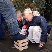 Maartje Schouwstra Oosterstraat 12 Baarn aan het schoenen poetsen voor giro 555 nav tsunami Azie