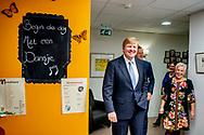 AMERSFOORT - Koning Willem-Alexander en minister De Jonge van Volksgezondheid, Welzijn en Sport tijdens een werkbezoek aan het Sint Elisabeth Verpleeg- en Gasthuis (EVG) in Amersfoort. De organisatie biedt zorg aan oudere mensen met dementie.
