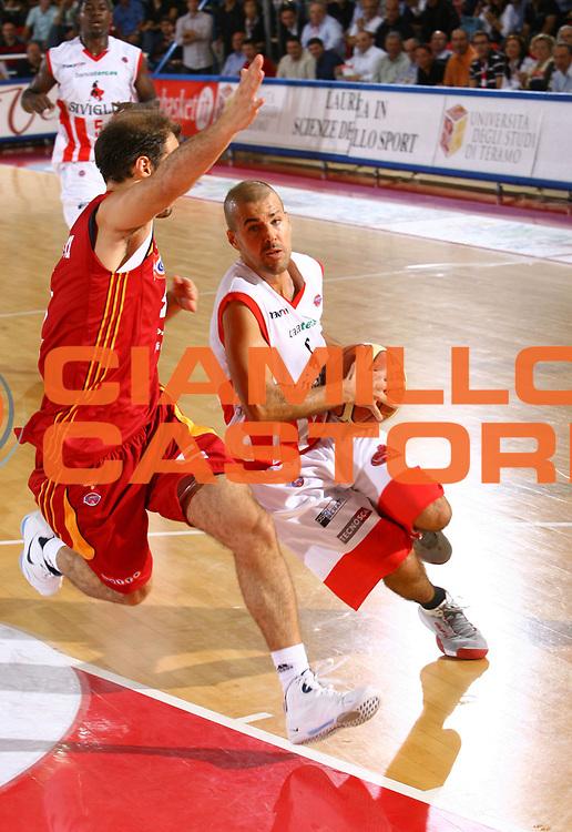 DESCRIZIONE : Teramo Lega A1 2007-08 Siviglia Wear Teramo Lottomatica Virtus Roma<br />GIOCATORE : Marco Carra<br />SQUADRA : Siviglia Wear Teramo<br />EVENTO : Campionato Lega A1 2007-2008 <br />GARA : Premiata Montegranaro Upim Fortitudo Bologna <br />DATA : 04/10/2007 <br />CATEGORIA : Palleggio<br />SPORT : Pallacanestro <br />AUTORE : Agenzia Ciamillo-Castoria/M.Carrelli