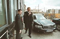 30 MAY 2001, BERLIN/GERMANY:<br /> Juergen Trittin, B90/Gruene, Bundesumweltminister, und Dienstwagen, auf den Weg zu einer Pressekonferenz, Bundespressekonferenz<br /> IMAGE: 20010530-01/02-27<br /> KEYWORDS: Jürgen Trittin, KFZ, Wagen, Auto, Car, Limousine, Audi