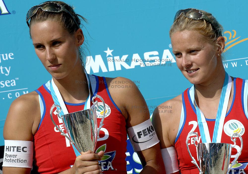 27-08-2006: VOLLEYBAL: NESTEA EUROPEAN CHAMPIONSHIP BEACHVOLLEYBALL: SCHEVENINGEN<br /> Rebekka Kadijk en Merel Mooren pakken de zilveren medaille op het EK<br /> ©2006-WWW.FOTOHOOGENDOORN.NL