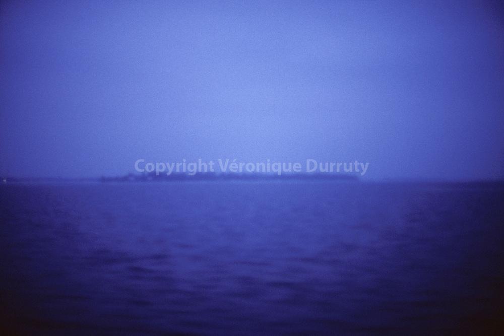 Blue(s), paysage &eacute;motionnel 1<br /> <br /> Prise de vue argentique<br /> Tirage en digigraphie, num&eacute;rot&eacute;e et sign&eacute;e, avec certificat<br /> 15x22 cm (3 exemplaires) 130 &euro;<br /> 30x40 cm (9 exemplaires) 240 &euro;<br /> 40x50 cm (5 exemplaires) 450 &euro;<br /> 60x90 cm (5 exemplaires) 880 &euro;<br /> 80x120cm (5 exemplaires) 1400 &euro;<br /> <br /> Tirage argentique sous plexiglas avec ch&acirc;ssis rentrant, avec certificat<br /> 100x150cm (3 exemplaires) 4000 &euro;