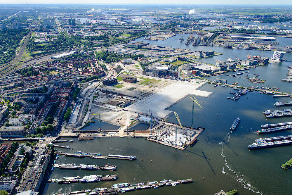 Nederland, Noord-Holland, Amsterdam, 01-08-2016; Spaandammerbuurt. Voormalige Houthavens, nu De Houthaven, gebiedsontwikkelingsproject.  In het midden de vroegere pontsteiger, het Pontsteigergebrouw in aanbouw. Aanleg Spaandammertunnel en Houthaven Park.<br /> Former timber port, industrial and harbour area. Urban development.<br /> <br /> luchtfoto (toeslag op standard tarieven);<br /> aerial photo (additional fee required);<br /> copyright foto/photo Siebe Swart