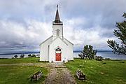 Kistrand kirke er en langkirke fra 1856 i Porsanger kommune i Finnmark. Kirka er ei langkirke i tre med 194 plasser. Den ble innviet i 1856 og restaurert i 1928 og mellom 2002 og 2006. Arkitekt for kirka var Christian Heinrich Grosch. Kistrand kirke, som ble innviet i 1856, er en langkirke oppført i panelt laft i nygotikk og sveitserstil etter tegninger av Chr. H. Grosch. Det er takrytter over våpenhuset, og kirkespiret har en vindfløy fra 1719. Kirken var opprinnelig rødmalt, men ble malt hvit første gang i 1883, da kirken ble istandsatt etter orkanskader. I årene 1944-45 ble kirken etter tur brukt som tysk kommandosentral, kvarter for norske styrker og provisorisk innkvartering av sivilbefolkning. Kirkerommet er treskipet med smalere korparti. Over skipet er det flate himlinger og koret har tønnehvelv. Den nåværende fargesettingen fra rundt 1970 er ikke den opprinnelige. Altertavlens omramming, som er laget av telegrafbestyrer Hofstrøm fra Kistrand i ca. 1870-75, er rikt utformet med utskårne bånd- og bladranker. Alterbildet viser Jesus i Getsemane og er malt av Karl Lorck i 1858. Bildet er en kopi etter et maleri av Otto Mengelberg, men uten engelen som finnes i originalmotivet.<br /> Kilder: NIKUs kirkeregister<br /> Rasmussen, Alf Henry: Våre kirker. Norsk kirkeleksikon, Kirkenær 1993.  Kistrand kirke er én av fem kirker som stod igjen etter nedbrenningen av Finnmark høsten 1944. Det er ikke hver dag vi som bor i Finnmark, kan feire 150 års dag for en kirke. Kirkebygg i Finnmark er som oftest ikke eldre enn vel 50 år. Det kan vi takke den lille tyskerten med vannsveis og svart bart for. Hitler la ikke bare fylket i grus, han tok i tillegg fra oss dokumentasjon etter våre forfedres arbeid og slit samt mye av vår historie og kulturarv. Når jeg i embets medfør er på reise i utlandet, går jeg ofte og besøker gamle kirker for å føle og lære litt om landets kultur og historie. På en reise i Praha besøkte jeg en kirke som nettopp hadde feiret 1000 å