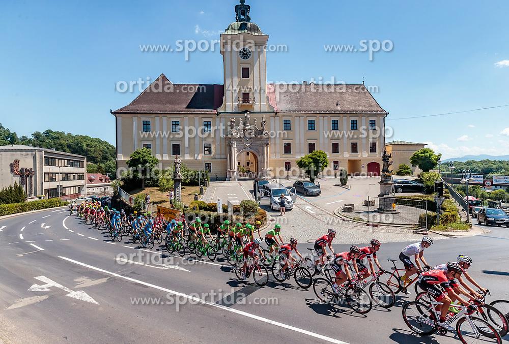 05.07.2017, Altheim, AUT, Ö-Tour, Österreich Radrundfahrt 2017, 3. Etappe von Wieselburg nach Altheim (226,2km), im Bild das Peloton vor Stift Lambach // the Peloton infront of Stift Lambach during the 3rd stage from Wieselburg to Altheim (199,6km) of 2017 Tour of Austria. Altheim, Austria on 2017/07/05. EXPA Pictures © 2017, PhotoCredit: EXPA/ JFK