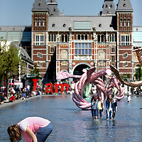 Nederland, amsterdam , 28 mei 2013.<br /> Zomerse dag in Amsterdam. <br /> Pootje baden in de vijver voor het Rijksmuseum.<br /> A rare sunny day in Amsterdam, Museumplein. People paddling in the pond.
