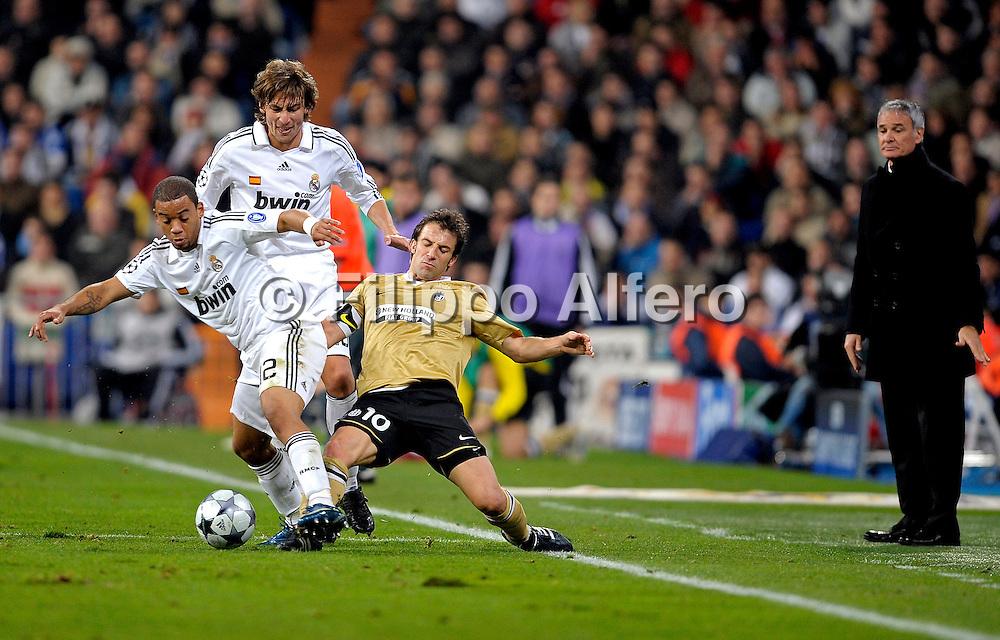 &copy; Filippo Alfero<br /> Madrid, Spagna, 05/11/2008<br /> sport , calcio<br /> UEFA Champions League 2008 / 2009 - Real Madrid vs Juventus<br /> Nella foto: Marcelo e Del Piero osservati da Ranieri<br /> <br /> &copy; Filippo Alfero<br /> Madrid, Spain, 05/11/2008<br /> soccer<br /> UEFA Champions League 2008 / 2009 - Real Madrid vs Juventus<br /> In the photo: Marcelo and Del Piero