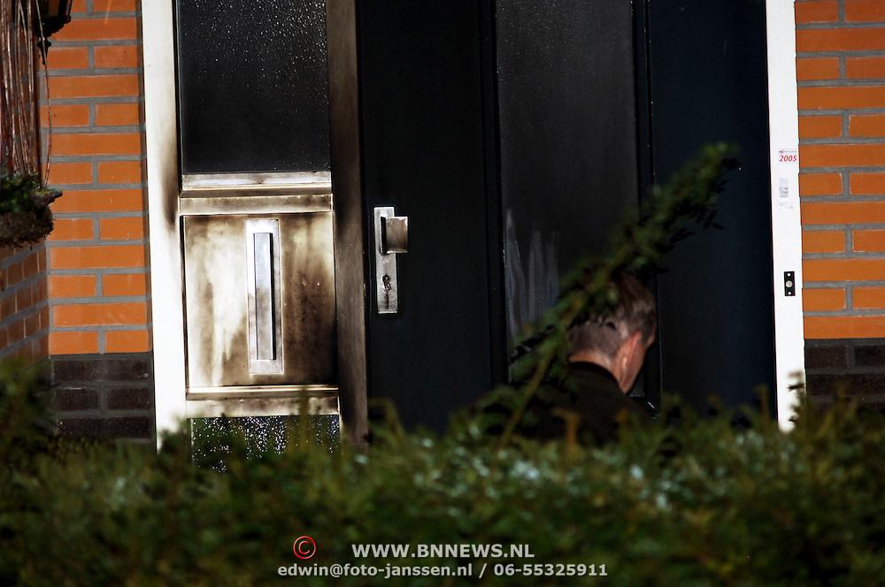 NLD/Amsterdam/20051109 - Brandbom aanslag op de woning van burgemeester Jos Verdier gemeente Huizen, onderzoek technische recherche, geblakerde deur, voordeur, brand, roet, schade