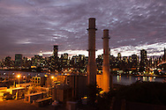 New York.  elevated view on Manhattan cityscape and the  east river  from  Queens  / vue sur Manhattan et l'east river depuis le Queens New York - Etats unis