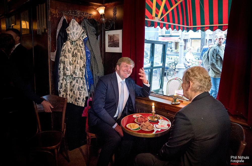 Amsterdam, 8 september 2017 - Koning Willem Alexander bracht samen met Burgemeester Eberhard van der Laan vrijdagmiddag een bezoek aan de Jordaan in Amsterdam. Foto: Phil Nijhuis/Hollandse Hoogte