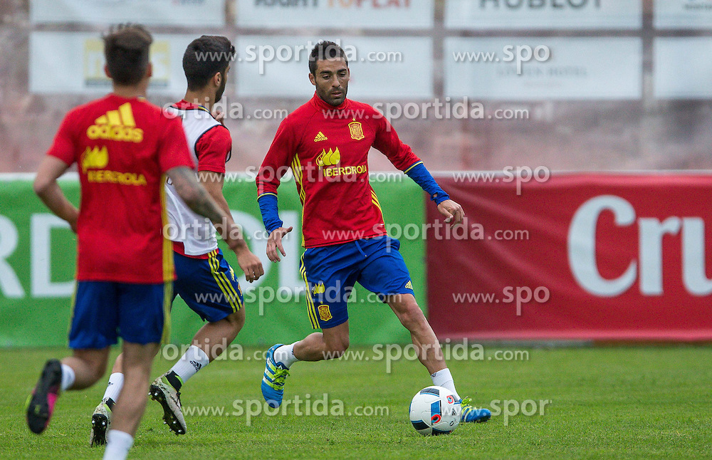 27.05.2016, Aktivpark Montafon Stadion, Schruns, AUT, UEFA Euro, Frankreich, Vorbereitung Spanien, Training, im Bild Bruno Soriano (ESP) // Spain national team player Bruno Soriano during Trainingscamp of Team Spain for Preparation of the UEFA Euro 2016 France at the Aktivpark Montafon Stadion in Schruns, Austria on 2016/05/27. EXPA Pictures © 2016, PhotoCredit: EXPA/ Peter Rinderer
