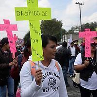 Toluca, México.- Maestros estatales y federales marcharon en el Día del Maestro, mostrando su inconformidad por la Reforma Educativa, al mismo tiempo manifestaron su descontento por las condiciones en que labora el magisterio mexiquense, partieron del Monumento al Maestro y terminaron en Palacio de Gobierno, y afirmaron que este día no tienen nada que celebrar. Agencia MVT / Crisanta Espinosa