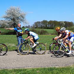 61e Ronde van Overijssel Metec verzorger John Omlo geeft bidon aan Dries Hollanders