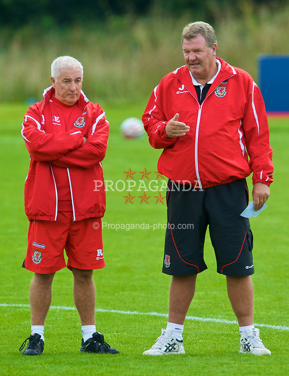 CARDIFF, WALES - Monday, September 7, 2009: Wales' assistant coach Roy Evans and manager John Toshack MBE training at the Vale of Glamorgan Hotel ahead of the FIFA World Cup Qualifying Group 3 match against Russia. (Pic by David Rawcliffe/Propaganda)