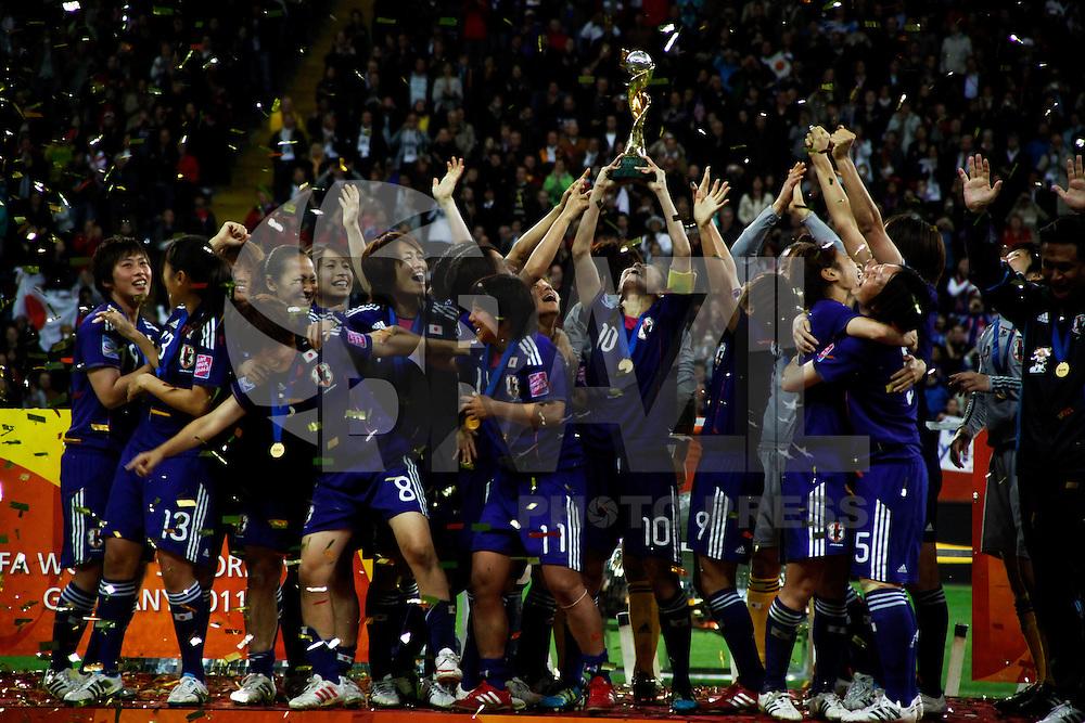 FRANKFURT, ALEMANHA, 17 DE JULHO DE 2011 - COPA DO MUNDO FIFA FUTEBOL FEMININO - JAPAO X ESTADOS UNIDOS -  Jogadoras do Japao erguem a taca da Copa do Mundo apos vencer nos penaltes os  Estados Unidos em joga da final da Copa do Mundo de Futebol Feminino 2011, no Commerzbank-Arena (Waldstadion), Stadium de Frankfurt  na Alemanha, neste domingo (17). (FOTO: WILLIAM VOLCOV - NEWS FREE).