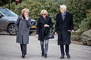 Uitvaart Mies Bouwman in een crematorium in Leusden.<br /> <br /> Op de foto:  Martine Bijl met partner Berend Boudewijn en Simone Kleinsma