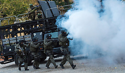 "14.10.2016, Wien, AUT, Medientermin anlässlich einer großen koordinierten Einsatzübung der Wiener Polizei unter dem Titel ""Show of Force"". im Bild Beamte der Spezialeinheit Cobra mit Sturmgewehr STG77 // Members of the special unit Cobra during counter-terrorist excersice of the viennese police forces in Vienna, Austria on 2016/10/14. EXPA Pictures © 2016, PhotoCredit: EXPA/ Michael Gruber"
