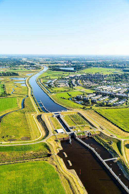 Nederland, Noord-Brabant, Den Bosch, 23-08-2016; Máximakanaal nabij sluis Empel. Het kanaal verbindt de Maas met de Zuid-Willemsvaart en maakt scheepvaartverkeer buiten het centrum van Den Bosch mogelijk.<br /> Máximakanaal, connects the Meuse with the South Willemsvaart and makes shipping outside the center of Den Bosch possible.<br /> luchtfoto (toeslag op standard tarieven);<br /> aerial photo (additional fee required);<br /> copyright foto/photo Siebe Swart