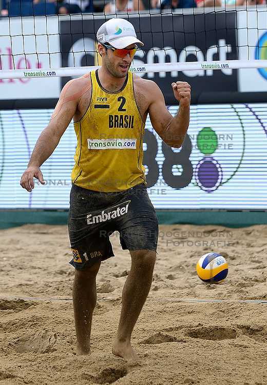 20-07-2014 NED: FIVB Grand Slam Beach Volleybal, Scheveningen<br /> Bruno Oscar Schmidt (2) BRA